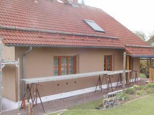 Fertig verkleidete Fassade mit Sockeldämmung und Einblasöffnungen für STEICO-zell