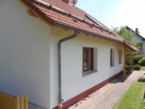Fassade nach der Sanierung mit breiteren Fensterbänken aus Alu und zusätzlich gedämmten Fensterlaibungen