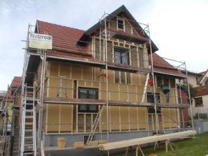 Sanierung einer Fassade mit Holzfaserdämmung zwischen Lattenrost und Holz-Putz-Mischfassade