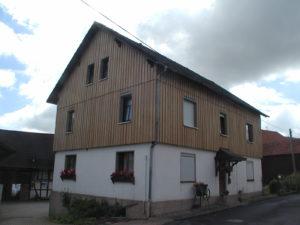 Fassade mit Lärche-Boden-Deckel-Schalung, vorgegraut