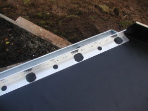 Aufschweißen einer Kiesfangleiste im Dachrinnenbereich