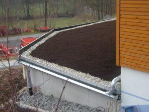 Hier freier Auslauf des überschüssigen Regenwassers in die Dachrinne durch Kiesfangleiste