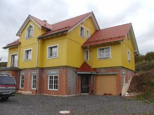 Wohnhaus mit Geschäftsräumen im Keller