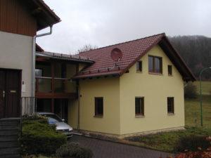 sog. Auszugshaus in Holzrahmenbauweise mit Übergang zum Bestandshaus