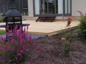 Terrasse in Lärche mit Einbaustrahlern