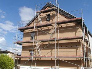 Fertig verkleidete Fassade mit Steico-Protect-Putzträgerplatten und Einblasöffnungen für den Dämmstoff