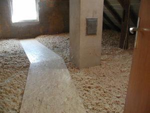 Ergebnis nach Einbringung der Dämmung. Einfache Materiallogistik mittels Förderschlauch in den Spitzboden