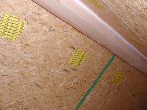Als letzten Schritt, Schließen der Einblasöffnungen mit Klebepflastern