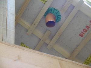 Alternative zur inneren Beplankung mit Osb = geeignete Folien mit Lattung stabilisiert, hier fachgerecht ausgeführte Rohrabdichtung